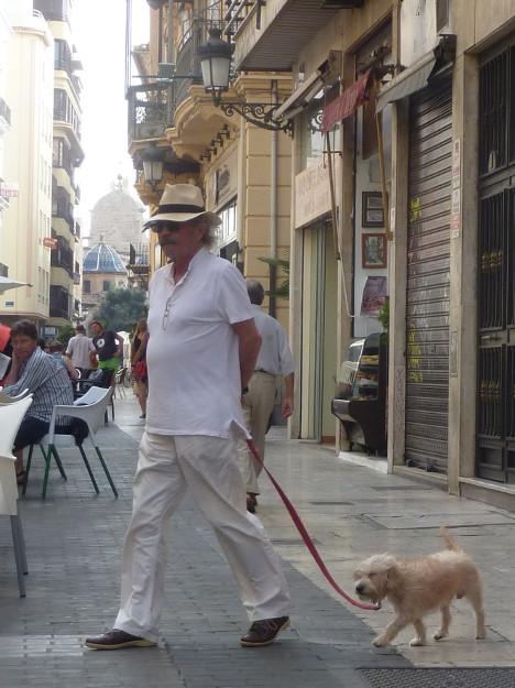 caballero con perrito