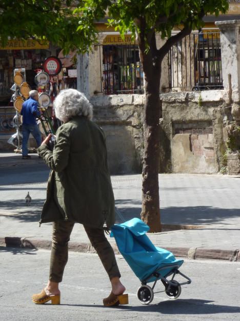 dama con carrito